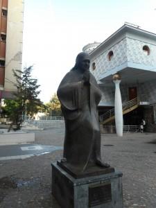 Kip matere Tereze, v ozadju muzej