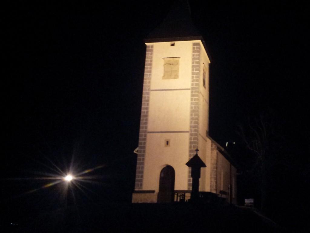 Osvetljena cerkev na poti