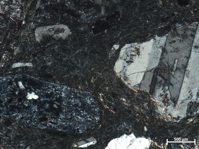 Minerala klorit in albit pod mikroskopom v polarizirani svetlobi