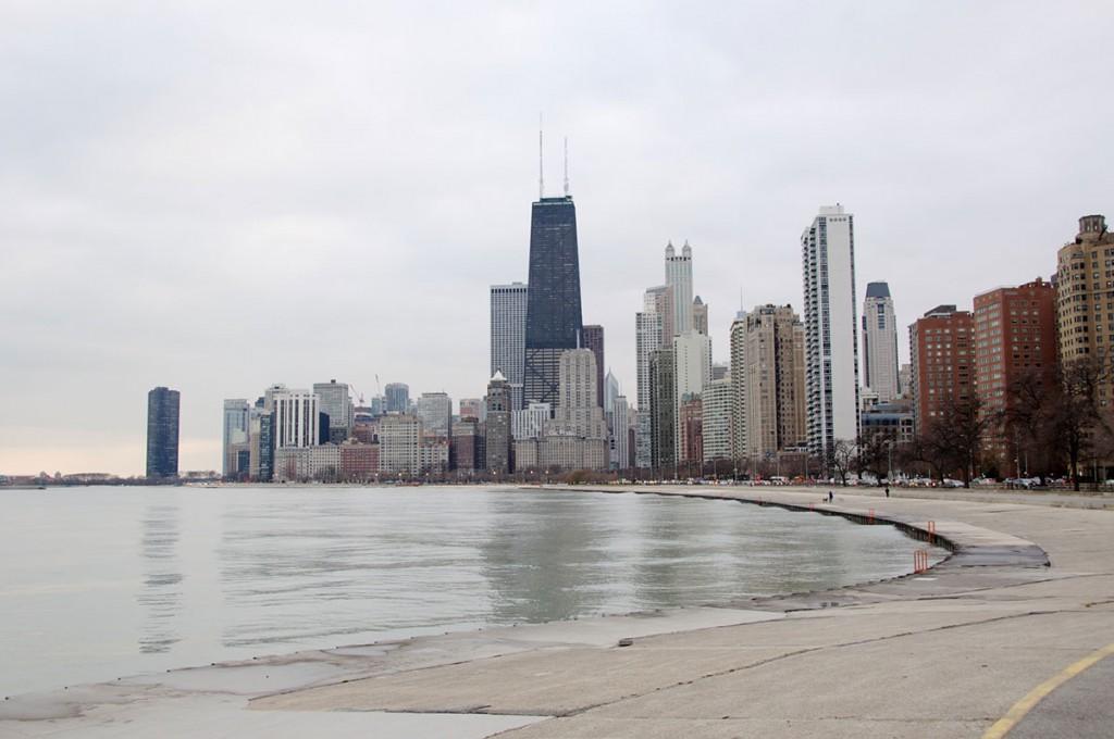 Pogled na Chicago s severa. V vetru in mrazu so zunaj samo nori geolovci.