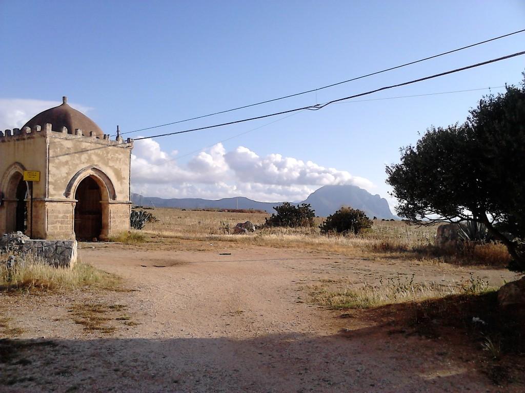 4. Cappella della Santa Crescenza in Monte Cofano v ozadju.