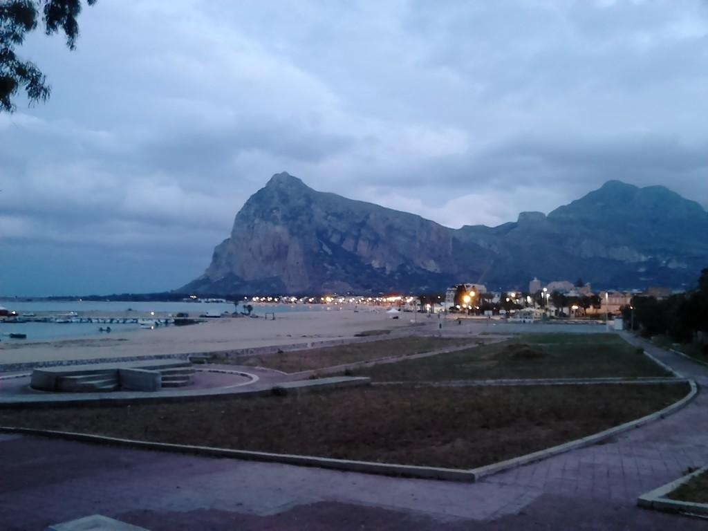 5. Večerna panoramao San Vito Lo Capa z goro Monte Monaco v ozadju.