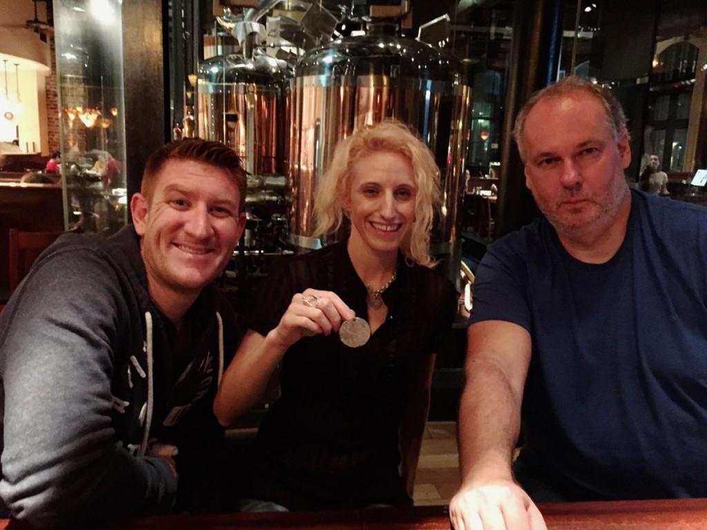 JasonSarahLucky in prinesitelj sledljivčka v charlestonski pivnici Southend Brewery.