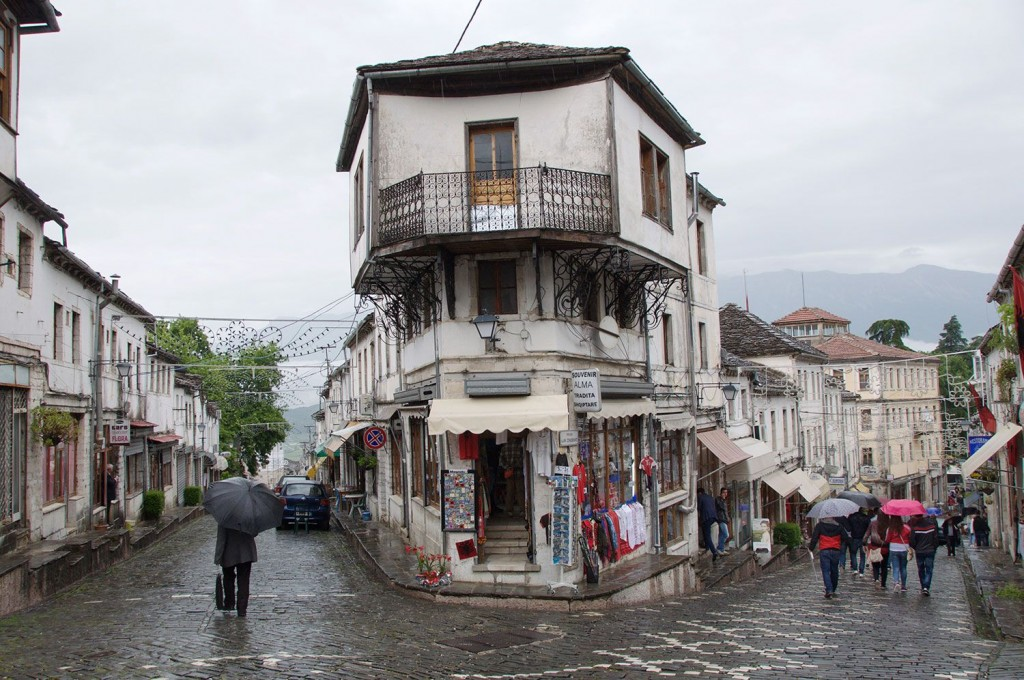 Gjirokaster: deževni sprehod po zgodovinskem središču.