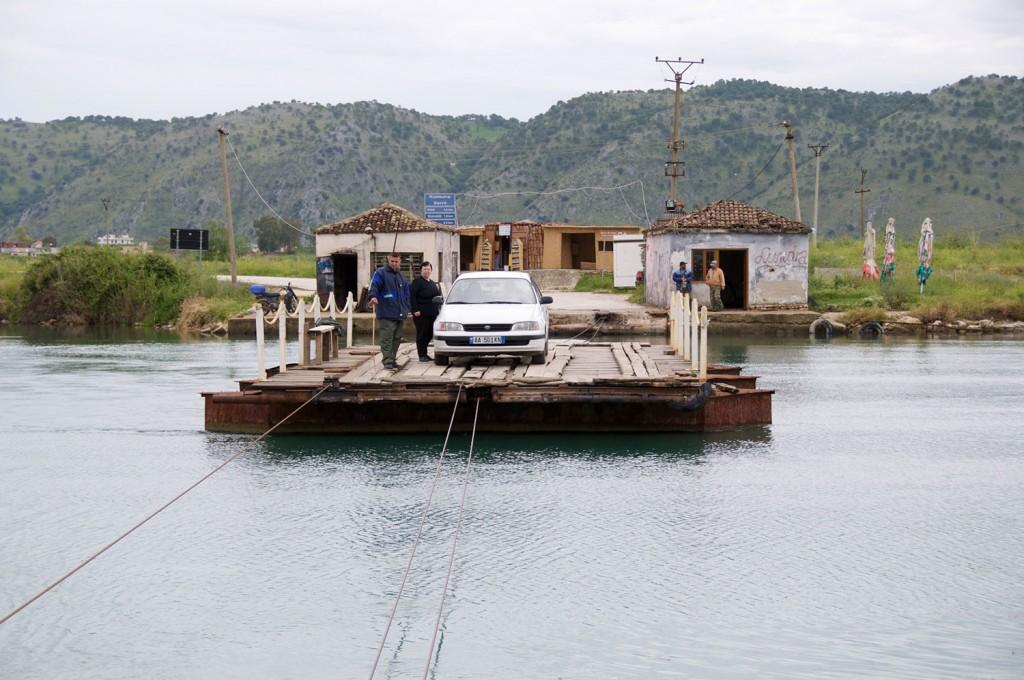 Brod čez kanal Vivari.