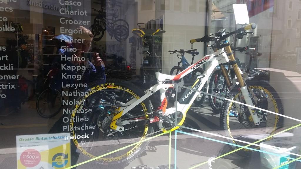 Trgovina samo z električnimi kolesi. Ko sem videl cene, sem se zavedel, da sem res v Švici.