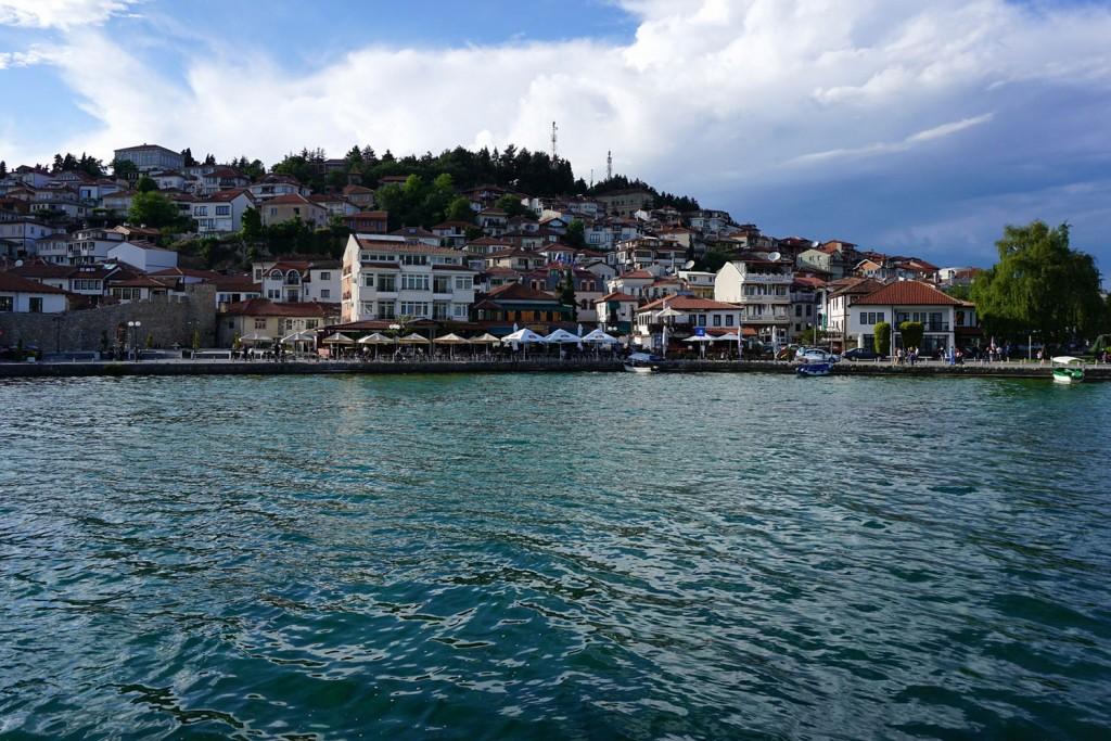 Pogled na mesto Ohrid iz pristanišča.