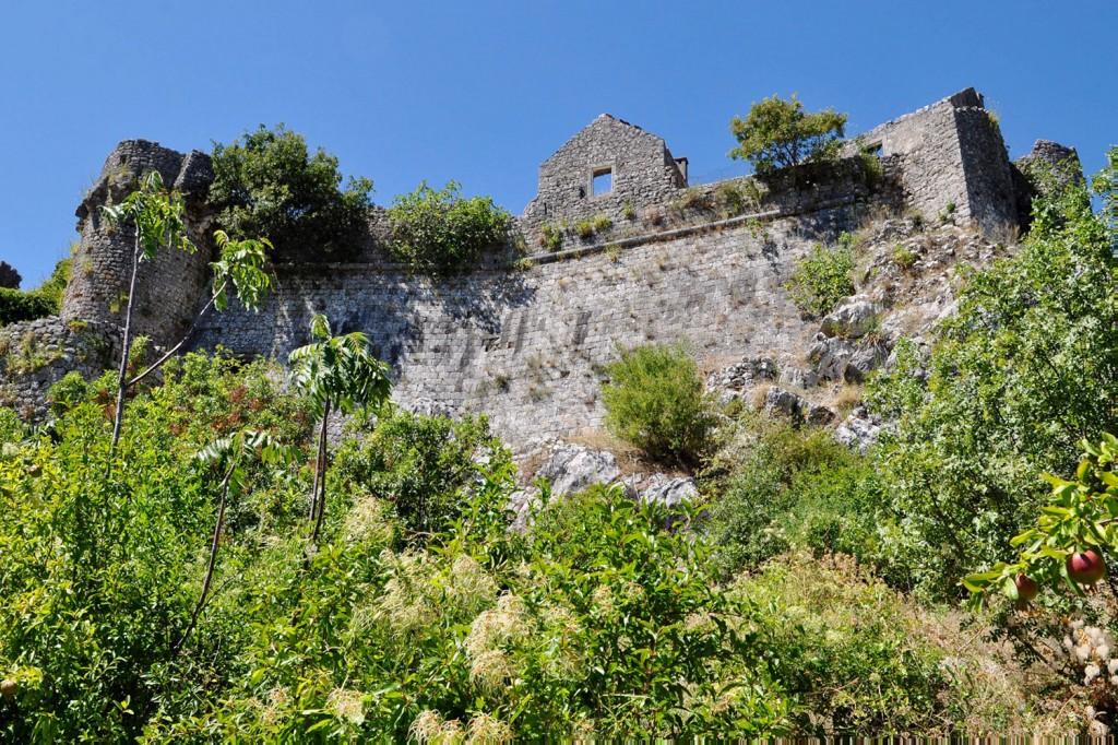 Ostanki utrdbe, ki je bila nekoč sedež črnogorskih vladarjev.