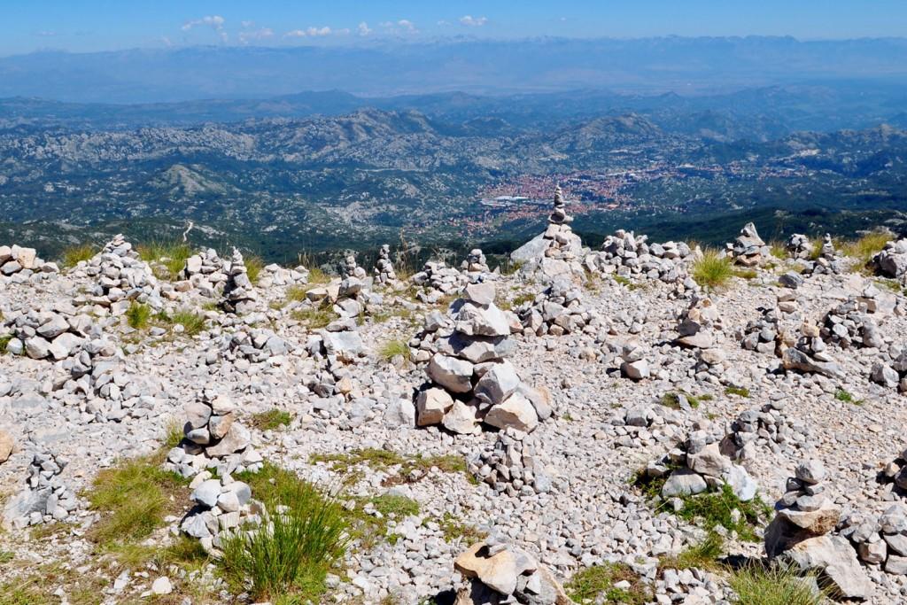 Kamniti možici blizu zaklada na vrhu. V ozadju Cetinje. A kdo opazi sledljivček Puffy Penguin?