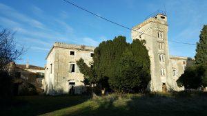 Zapuščen a še vedno naseljen dvorec pri Savudriji