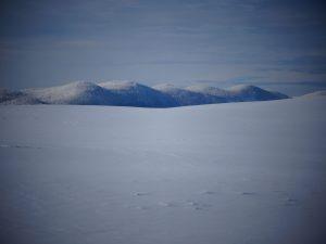 Debeli vrh na drugi strani Cerkniškega jezera