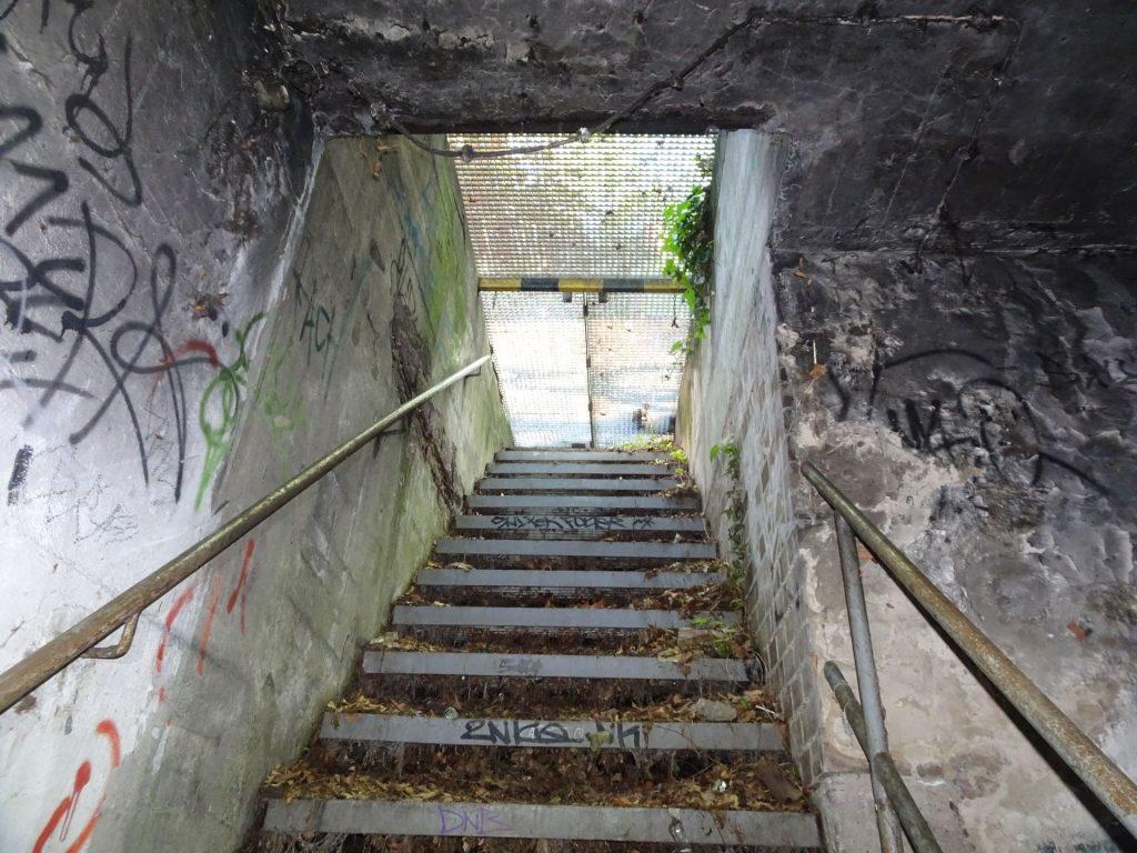 Po stopnicah navzdol